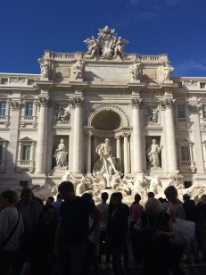 Folksomt ved Trevi fontenen